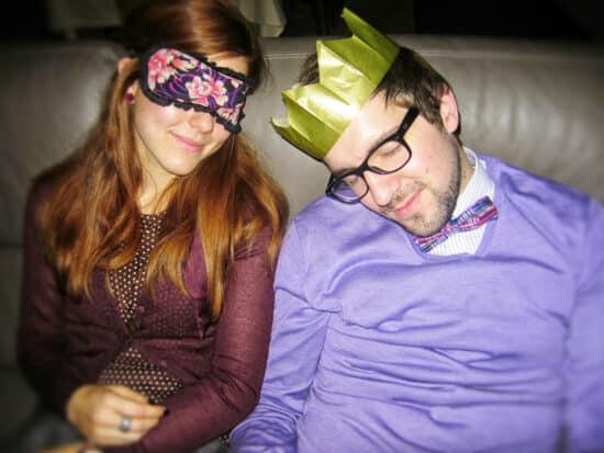 Ik en mijn vriendin doen een dutje in de zetel na een geslaagde kerstavond