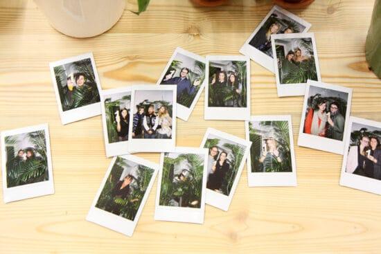 Polaroids van een blogevenement op een houten tafel