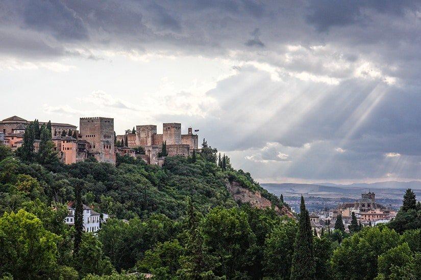 Panorama met het Alhambra: het overbekende Moorse bastion, de parel van Granada.