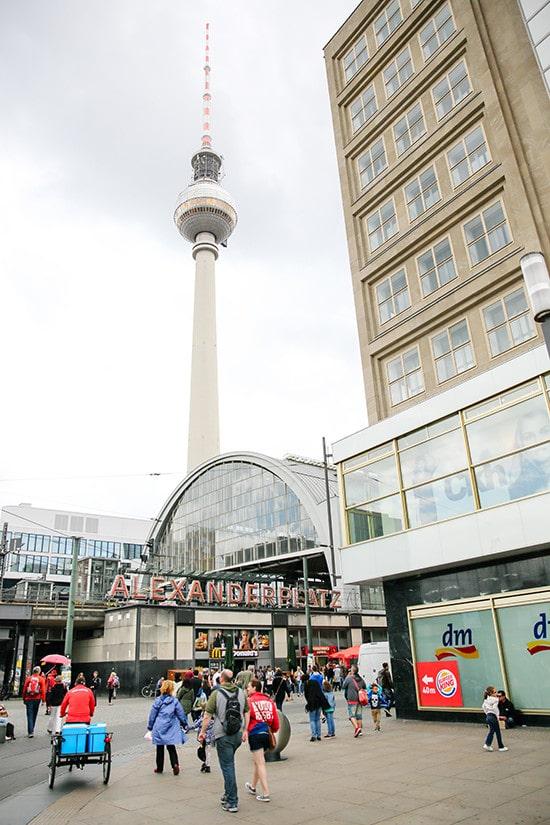 Citytrip Berlijn - Uitzicht op de Fernsehturm vanaf de Alexanderplatz
