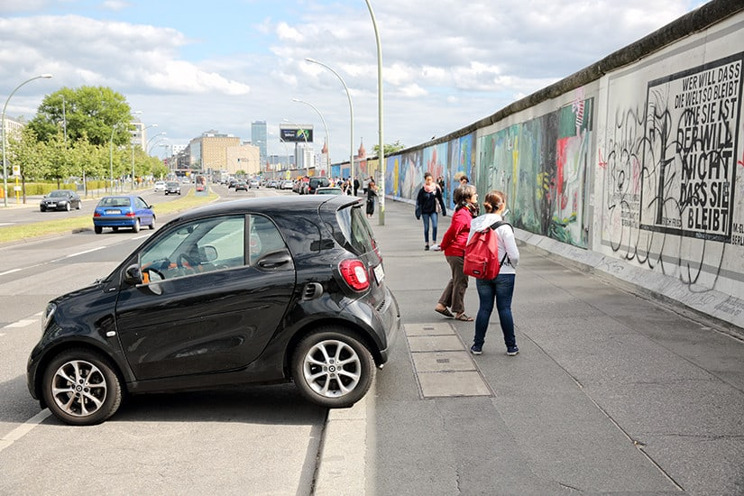 Geparkeerde Smart voor de East Side Gallery in Berlijn