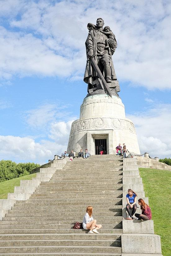 Standbeeld Russische soldaat Sovjetmonument in Treptower Park Berlijn