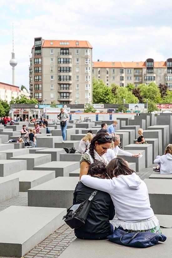 Toeristen voor Denkmal für die ermordeten Juden Europas - Berlijn