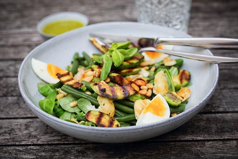 Groene zomersalade met halloumi en gegrilde avocado - Recept - via AGMJ