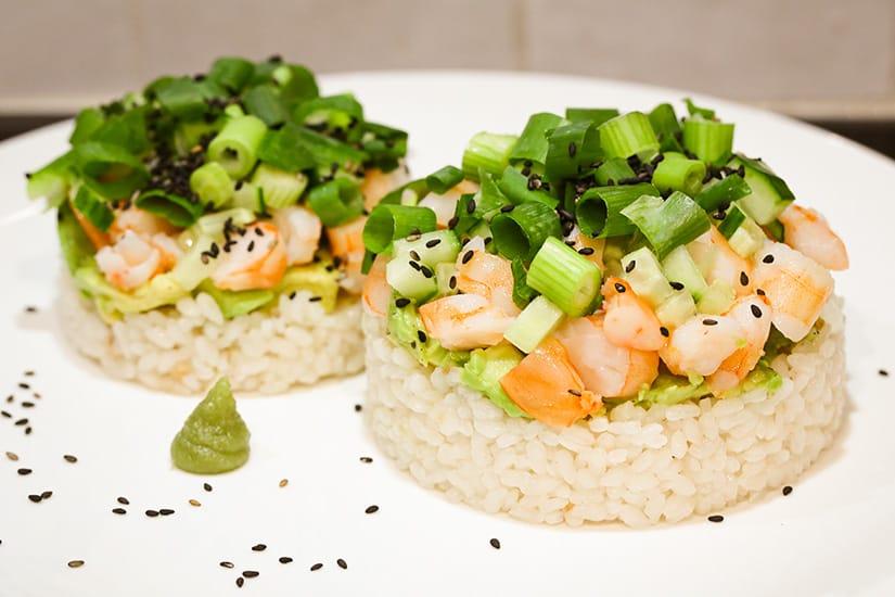 Open sushi met roze garnalen avocado en lente-ui - AGMJ - S